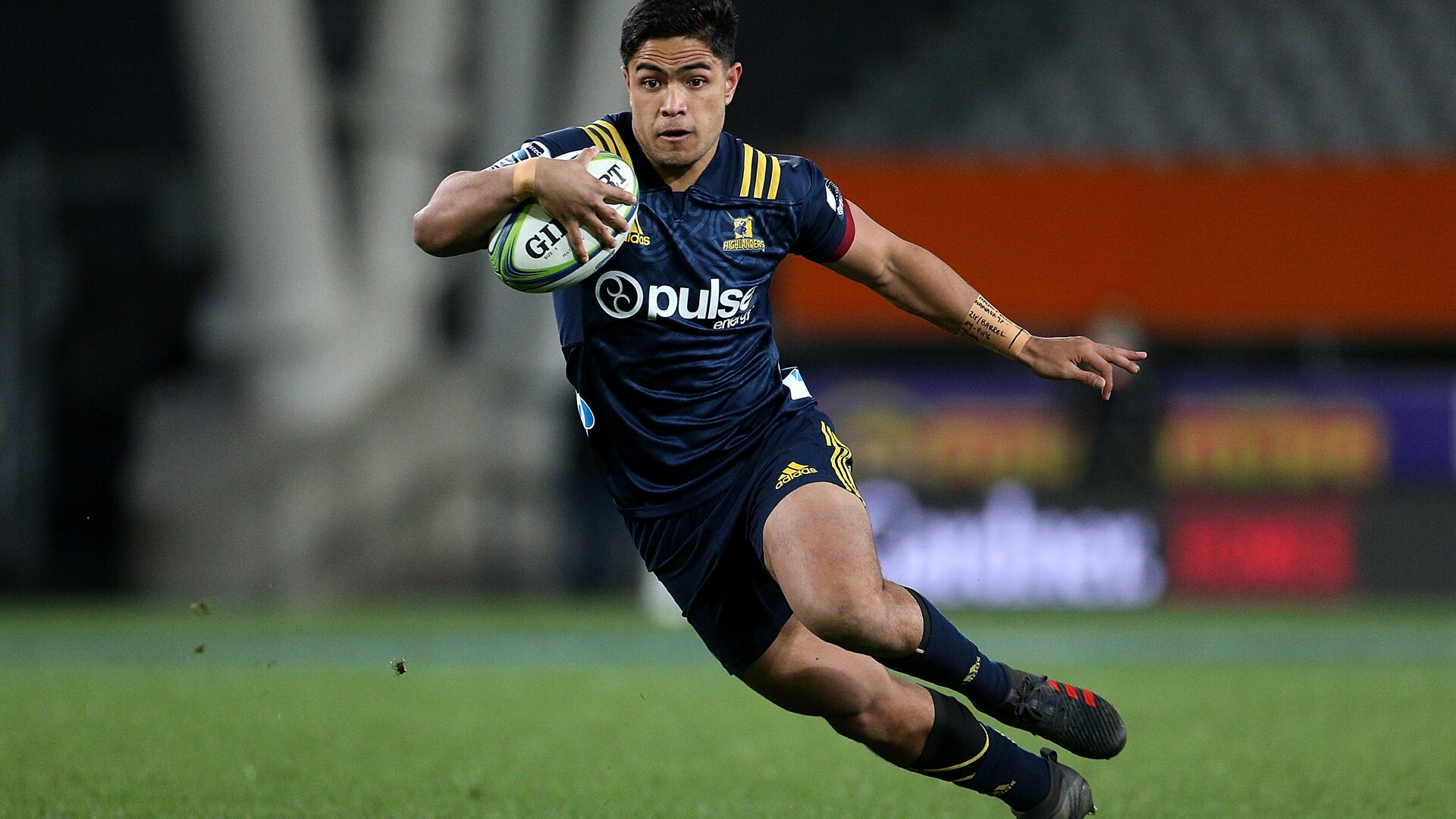 Highlanders shift Josh Ioane out of the midfield but Mitch Hunt remains at 10